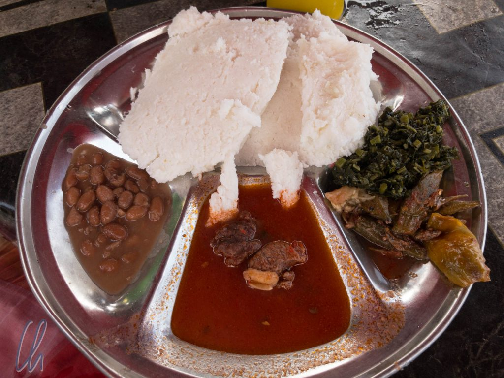 Unser erstes Ugali auf einem Markt in Dar es Salaam