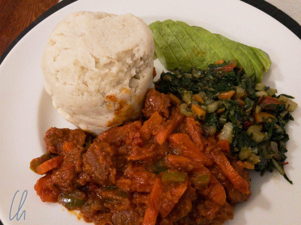 Eine Riesenportion Ugali mit Gemüse für jeden im Guest House in Arusha