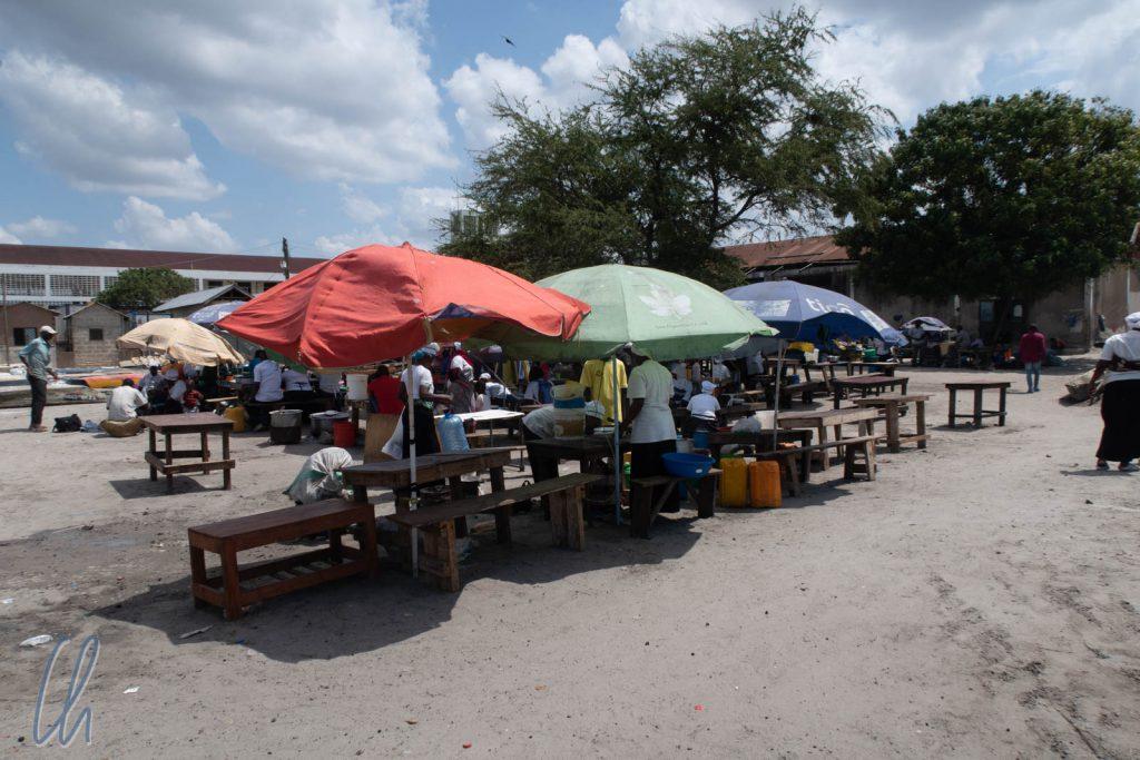 Bänke, Sonnenschirme und Ugali