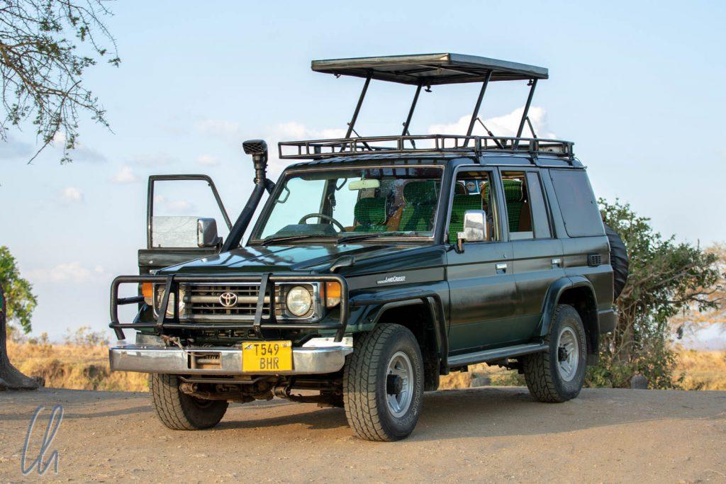 Unser Safari-Gefährt in Dunkelgrün, darauf fliegen die Tsetsefliegen.