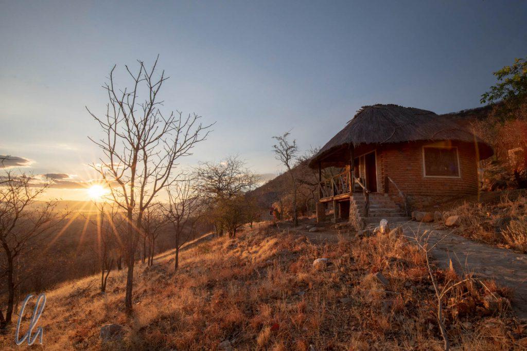 Malerischer Sonnenaufgang vor unserem Bungalow in der Ruaha Hilltop Lodge