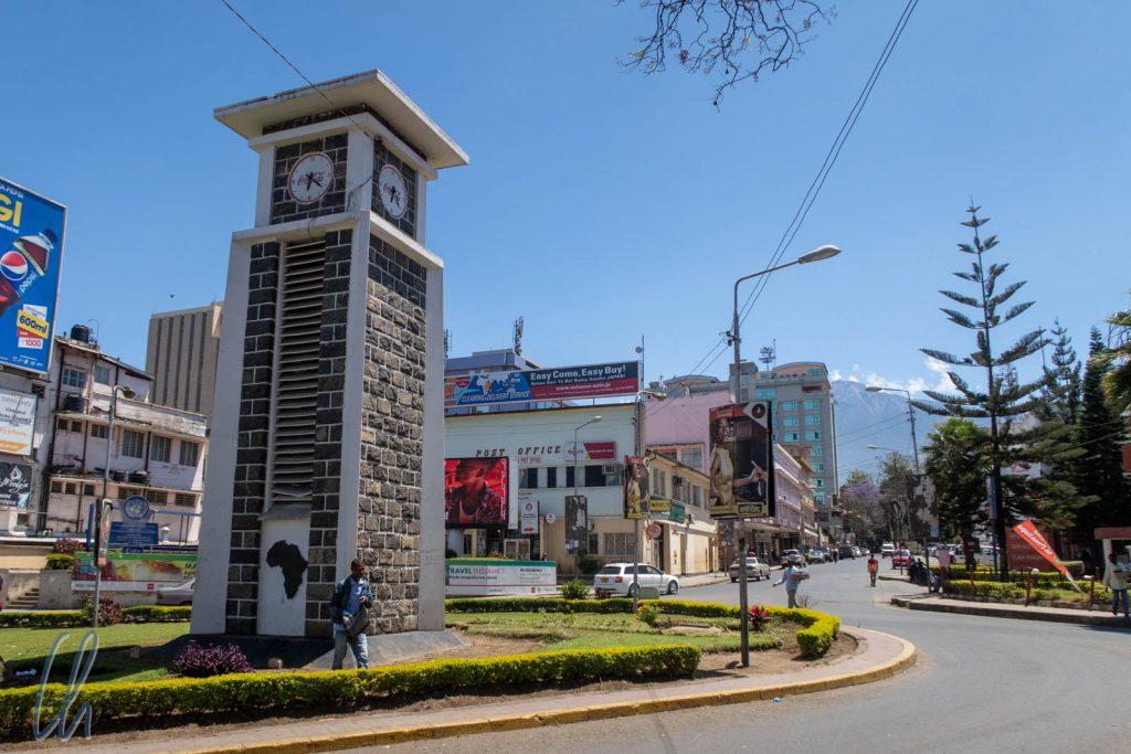 Der Uhrturm von Arusha, Zentrum der Stadt und Treffpunkt der Bauernfänger