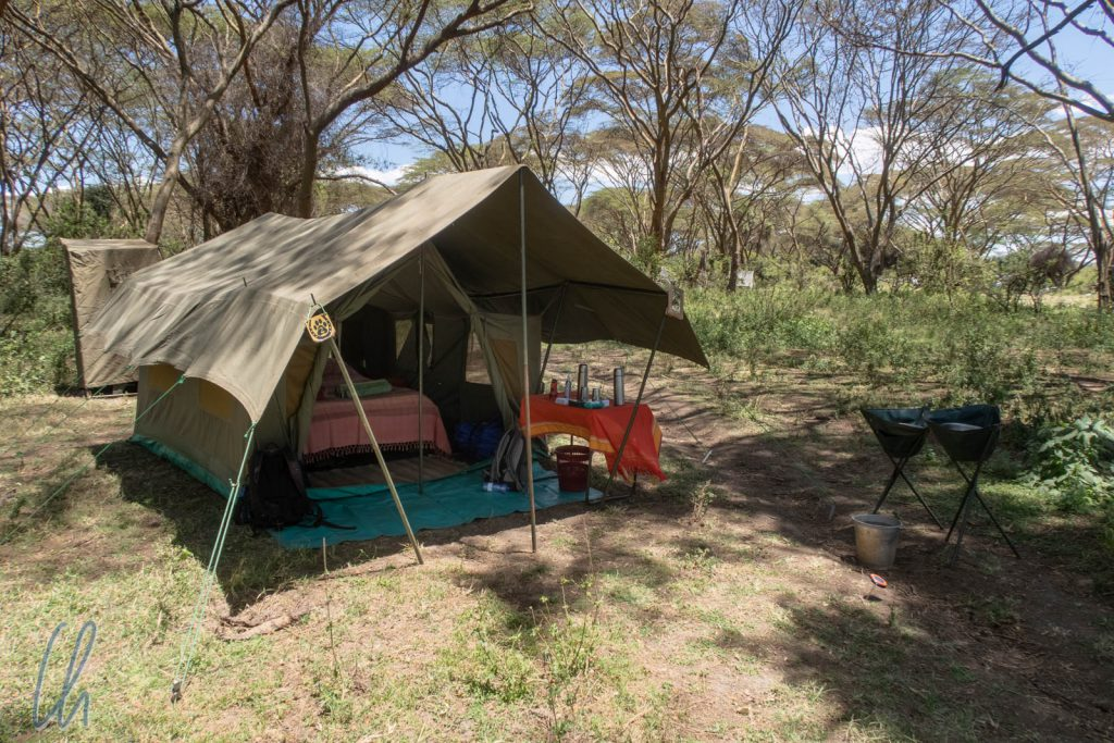 Safari-Glamping mit geräumigem Zelt, Bett, Waschgelegenheit und Toilettenzelt