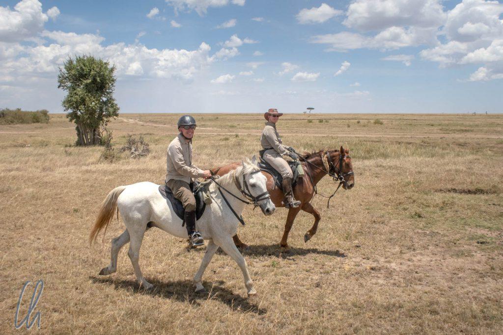 Christian auf Snaffles, Mona auf Alfredo: Wir ritten durch die endlosen Weiten der Masai Mara.
