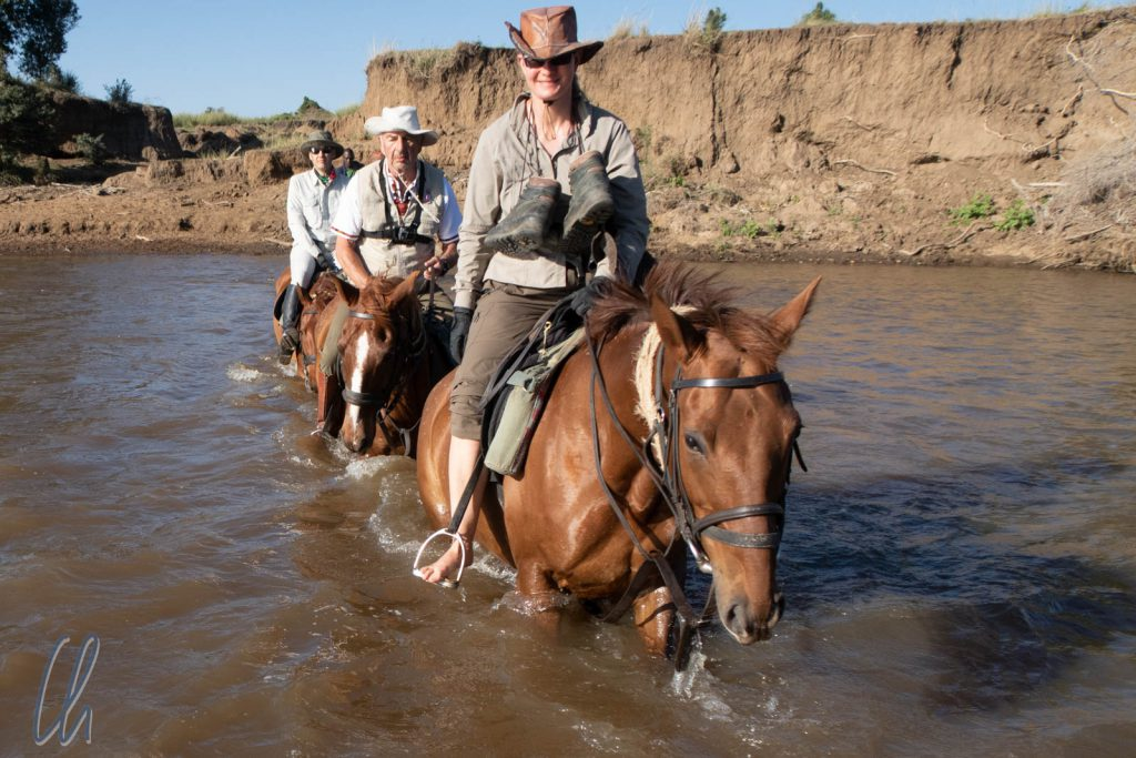 Lässig und barfuß durch den krokodilinfestierten Mara-Fluss