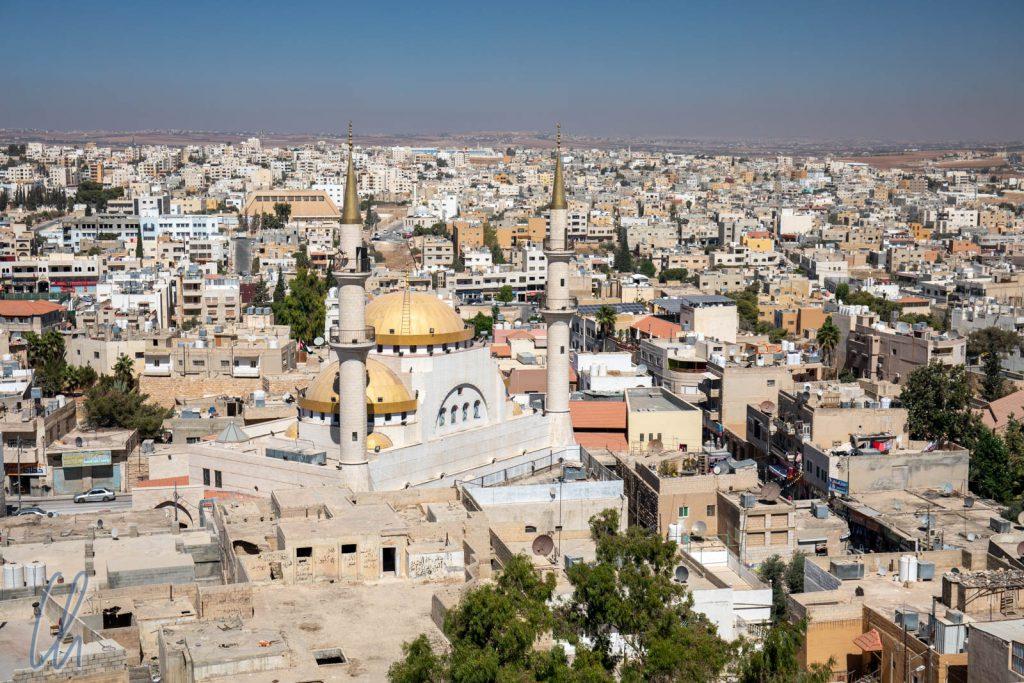 Blick über Madaba. Im Zentrum die König Hussein bin Talal Moschee