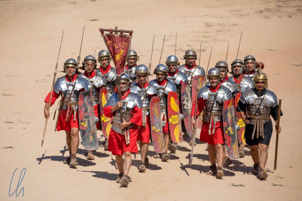 Eine Tredecire römischer Soldaten marschiert auf.