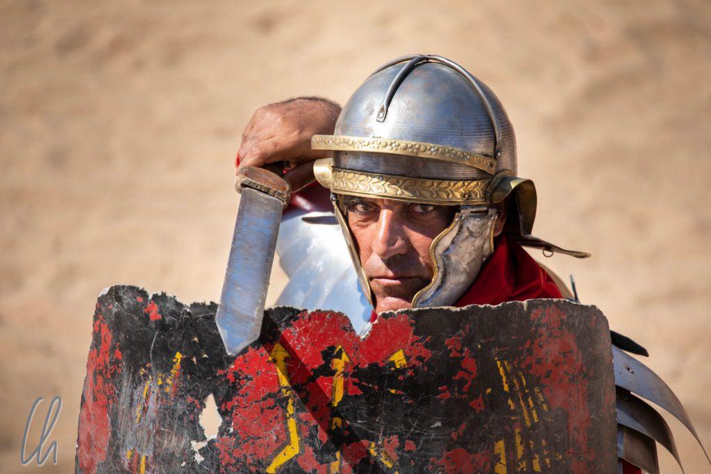 Ein römischer Legionär in Angriffsstellung
