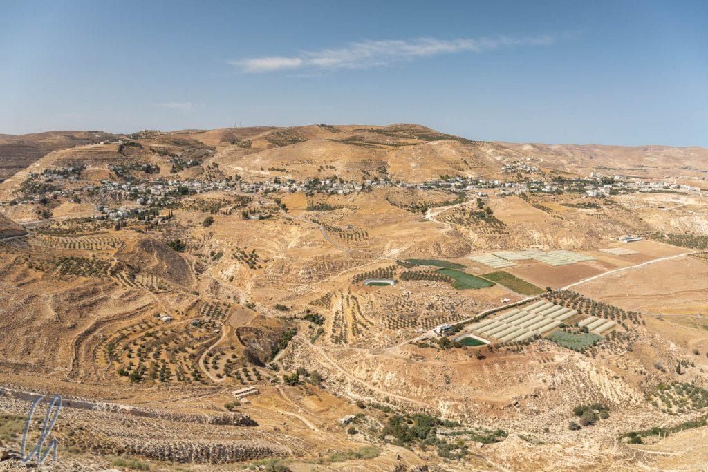 Blick von Kerak aus ins Tal mit landwirtschaftlichen Flächen