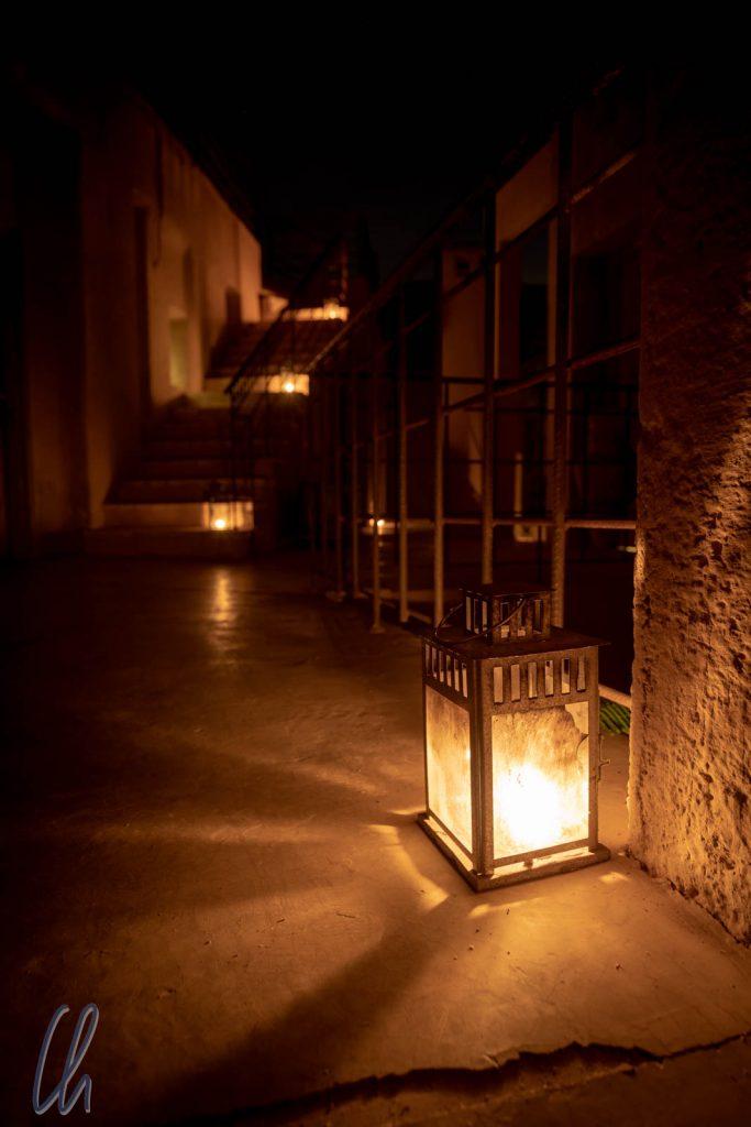 Stimmungsvolles Kerzenlicht abends auf den Fluren
