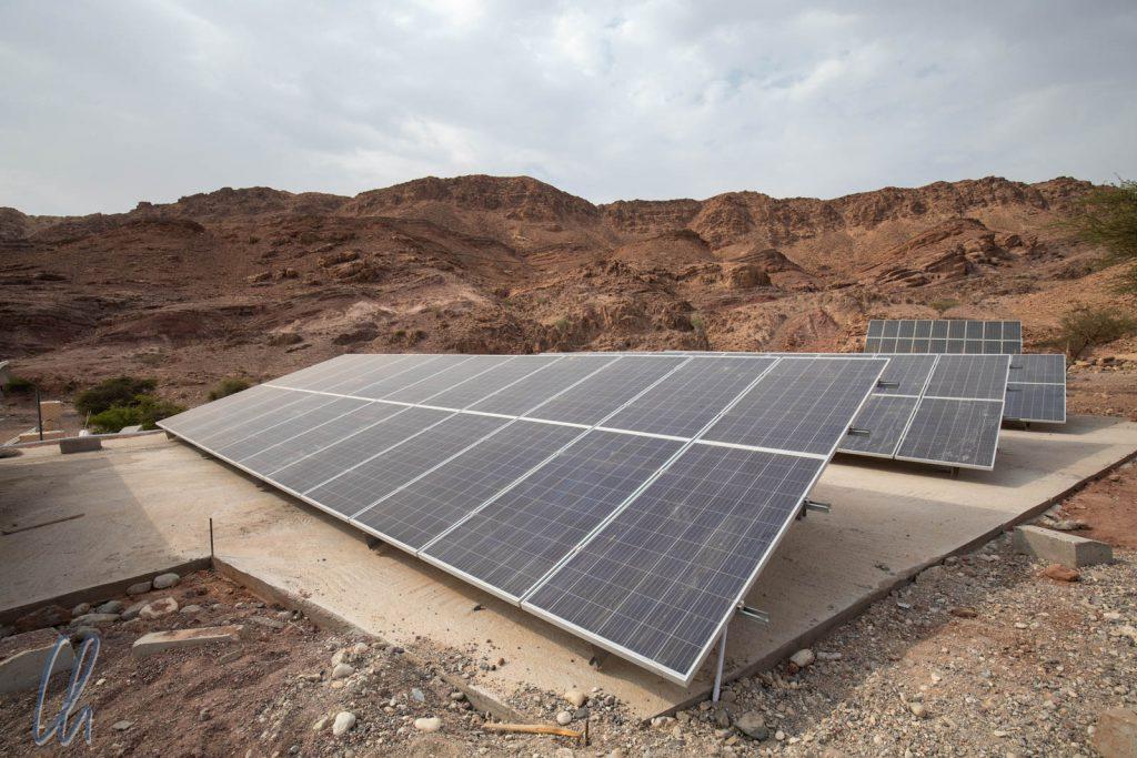 Hinter der Lodge standen weitere Solarpanels zur Stromversorgung.
