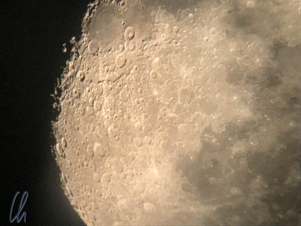 Ein Blick durch das Teleskop auf die Oberfläche des Mondes