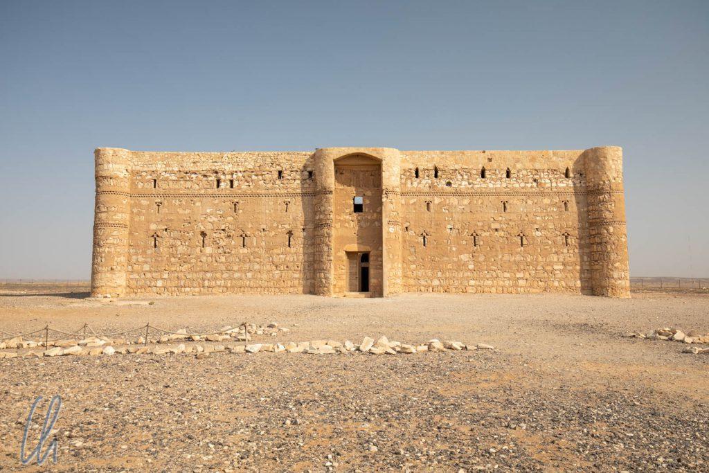 Das Qasr Kharana erhebt sich abweisend aus der staubigen, eintönigen Wüstenlandschaft.