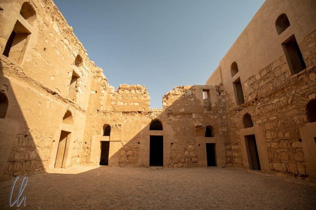 Vom offenen Innenhof aus führen viele symmetrisch angeordnete Türen zu den verschiedenen Räumen.