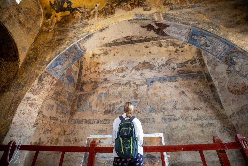 Innen überraschte eine Vielfalt von Fresken überall an den Wänden.