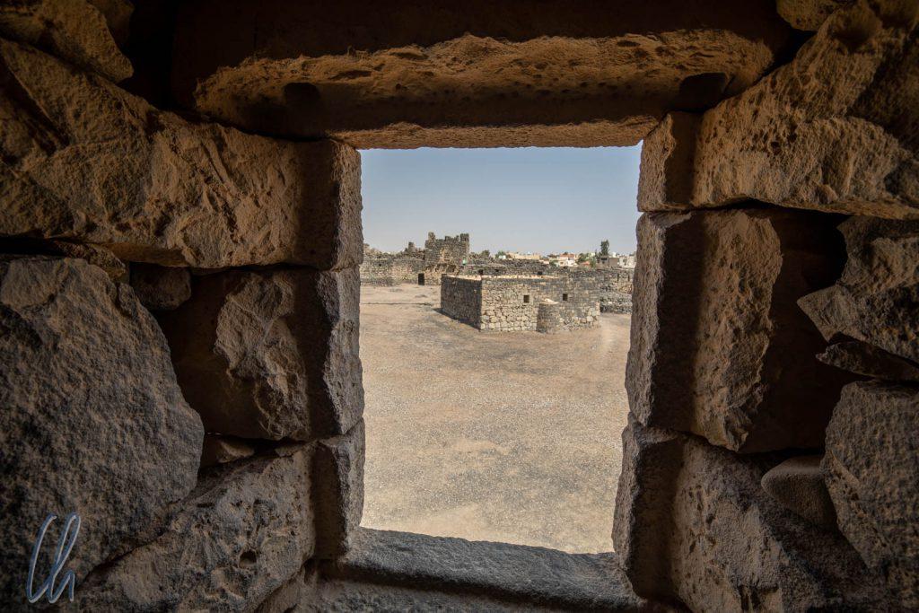 Blick über den Innenhof der Burg von Azraq von dem Raum aus, den T. E. Lawrence bewohnte.