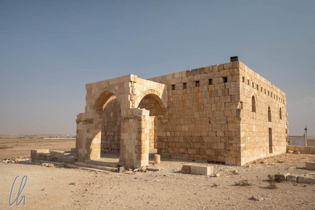 Die Moschee ist ein stattliches Gebäude neben dem Qasr.