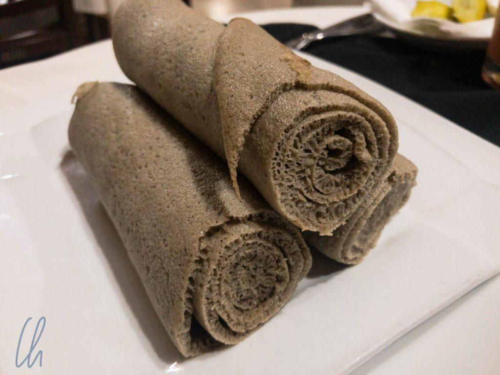 Zusätzliches Injera, falls der Pfannkuchen nicht reicht.