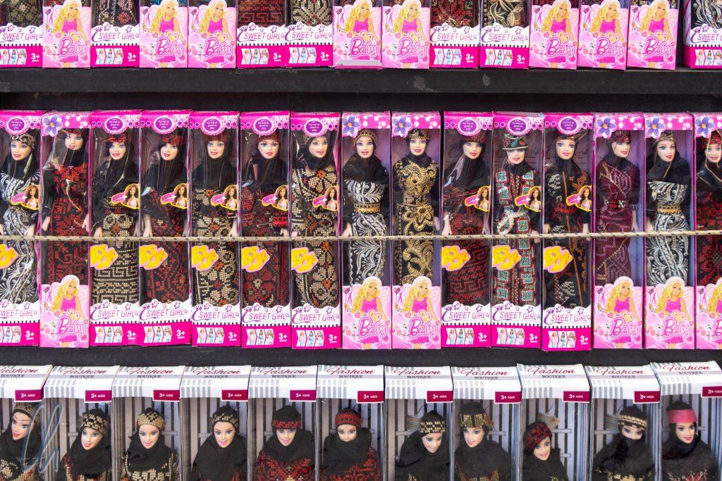 Barbie trägt Kopftuch, aber auf den Straßen in Jordanien bei weitem nicht jede Frau.