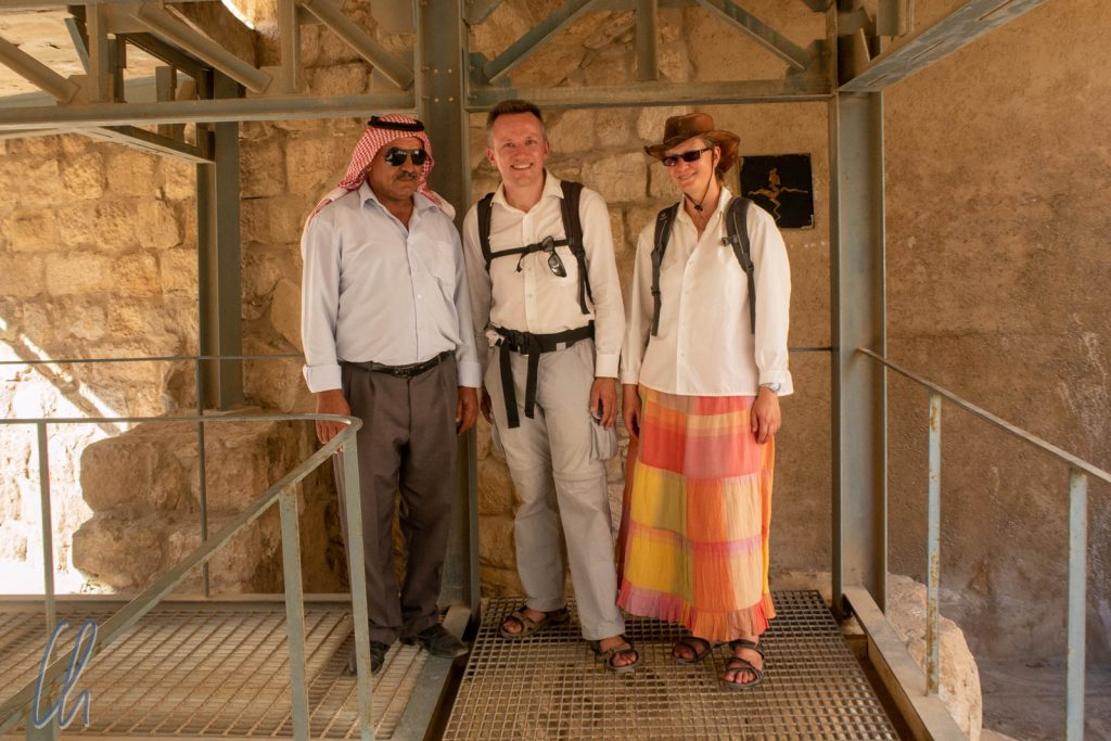Gruppenbild mit einem unserer Führer in Madaba. Eine nette Jordanierin bestand darauf, uns zu fotografieren.