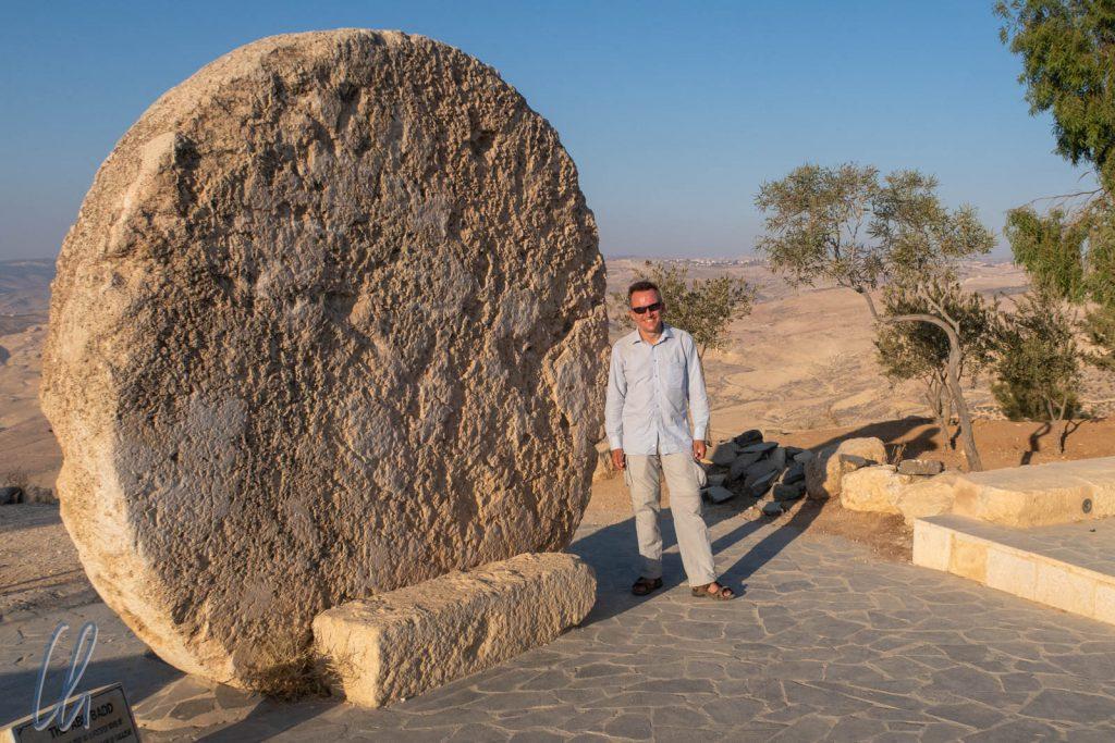 Abu Badd. Dieser gewaltige Felsen wurde einst verwendet, um den Zugang zu einem byzantinischen Kloster zu verschließen. Heute steht er am Mount Nebo.