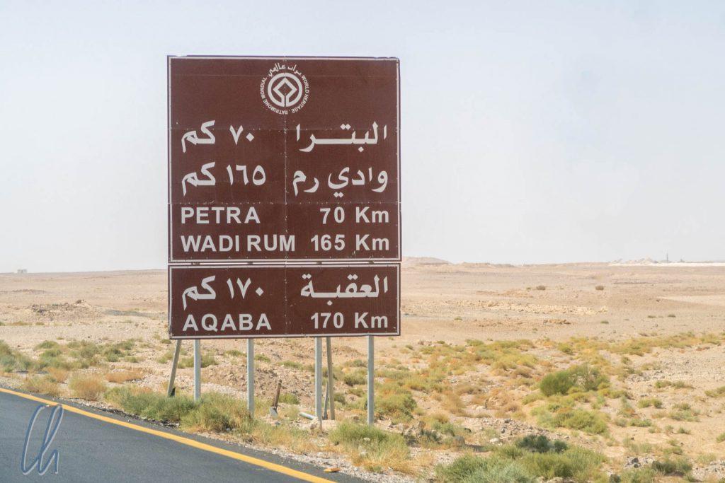 Braune Schilder weisen den Touristen in Jordanien den Weg.
