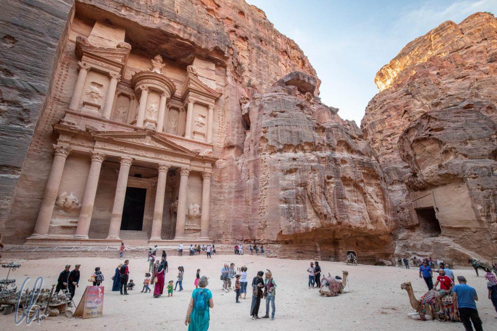 """Petra ist der mit Abstand touristischste Ort in Jordanien und vor dem """"Schatzhaus"""" rollt der Dinar für Souvenirs und Kamelritte."""