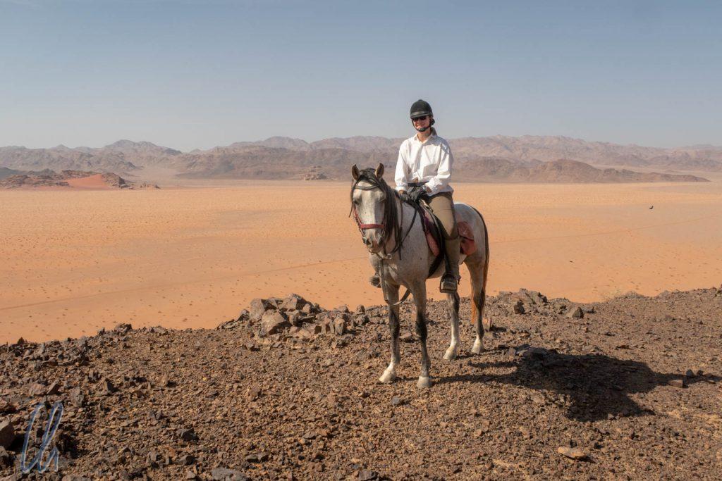 Mona auf Dahan, im Hintergrund liegt schon Saudi-Arabien.