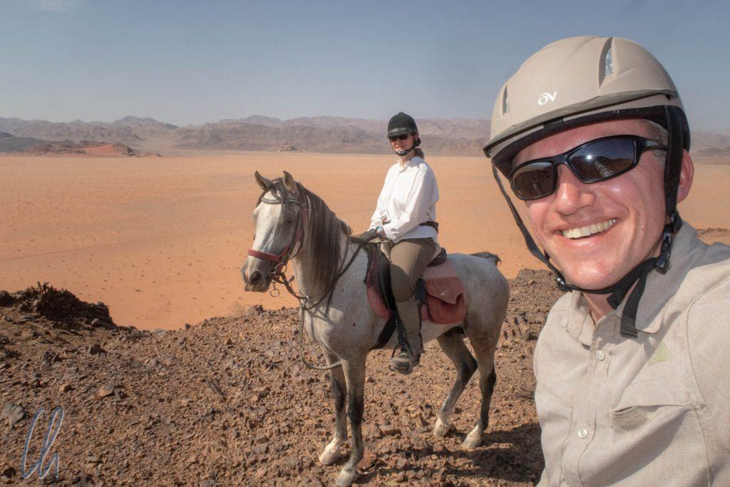 Wir reiten im Wadi Rum: Reiterselfie mit Mona auf Dahan.