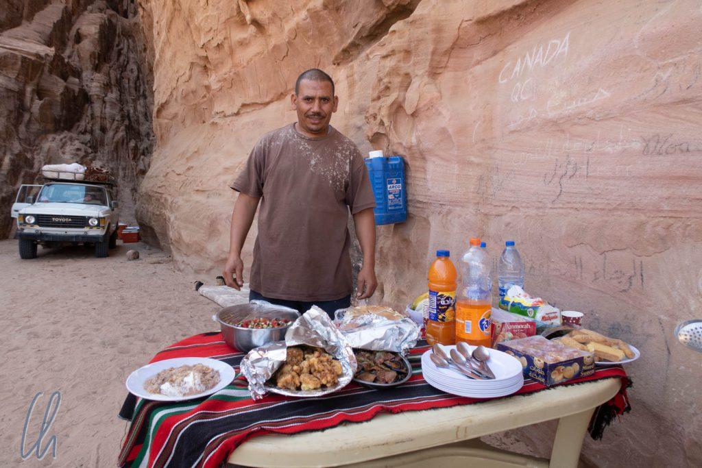 Ali und das von ihm hergerichtete, köstliche Mittagsbuffet