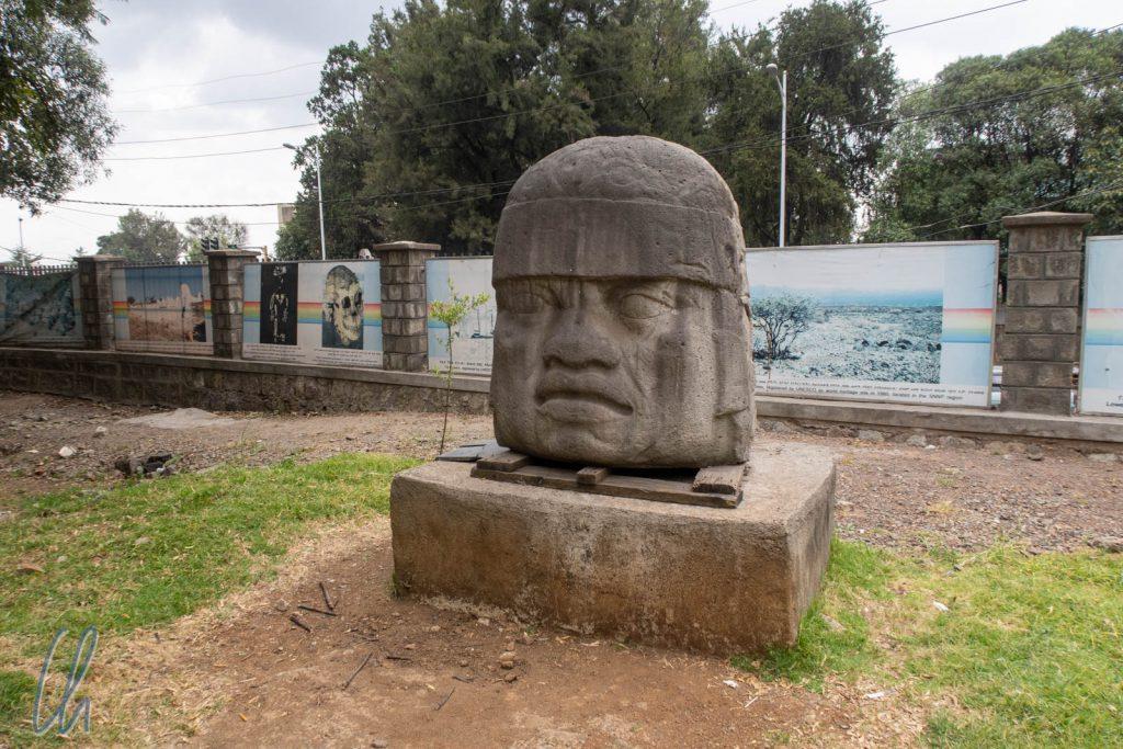 Die Replik eines Olmekenkopfes vor dem Nationalmuseum in Addis Abeba