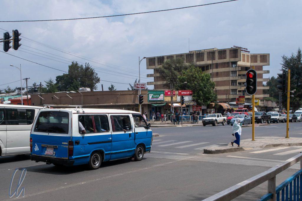 Eine Straßenkreuzung im Zentrum von Addis Abeba (Nähe Nationalmuseum)