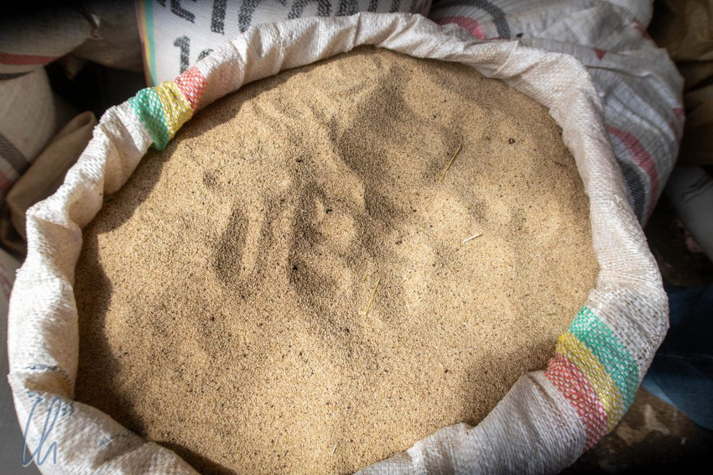 Auf den ersten Blick sieht Teff wie Sand aus, ist aber ein Getreide und das Grundnahrungsmittel in Äthiopien.