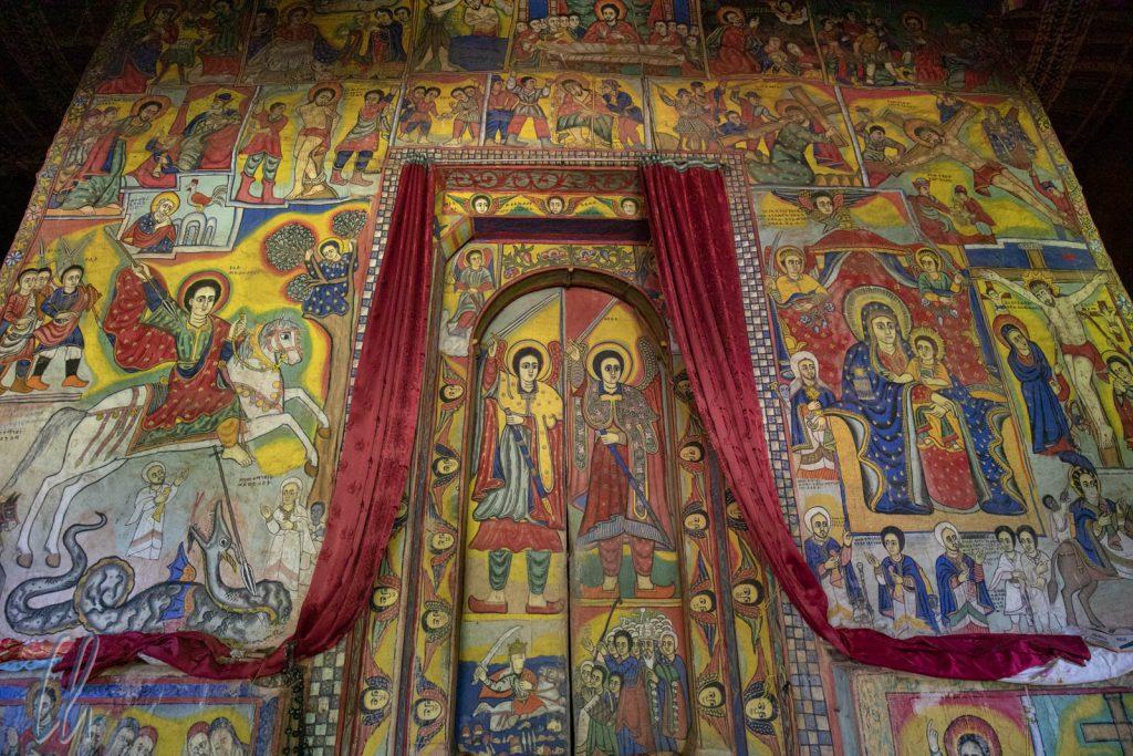 Unter den Motiven sind bekannte Figuren: links St. Georg, auf der Tür in der Mitte die Erzengel und zu beiden Seiten Szenen aus dem Leben Jesu. Manche Bilder lassen sich (für uns) nicht zuordnen.