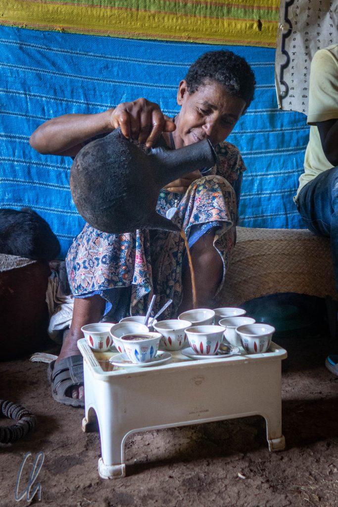 Die Ehre des Eingießens des Kaffees aus der Jabena gebührt der Herrin des Hauses.