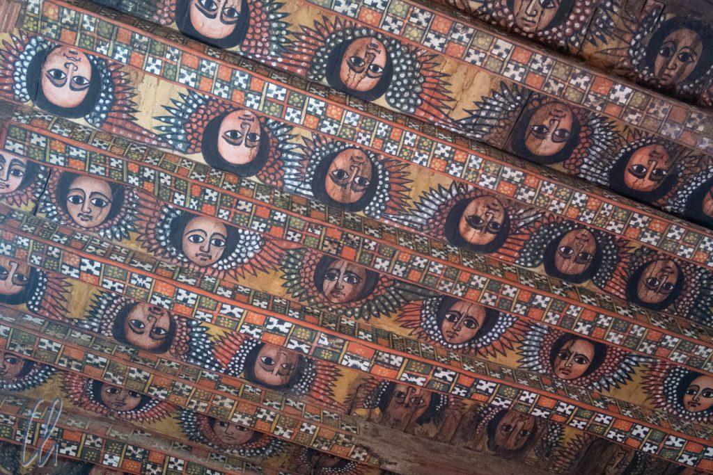 Die berühmte mit Engelsgesichtern bemalte Holzdecke in der Kirche Debre Berhan Selassie