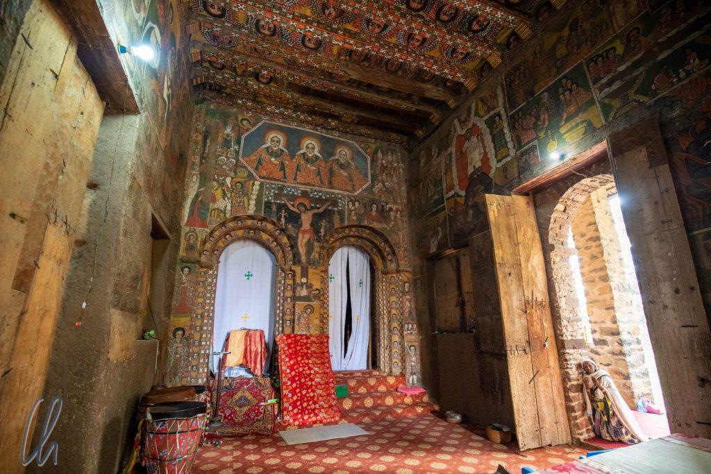 Auch die Wände der Kirche Debre Berhan Selassie sind prächtig bemalt. Oberhalb der Torbögen prangt eine Darstellung der Heiligen Dreifaltigkeit.