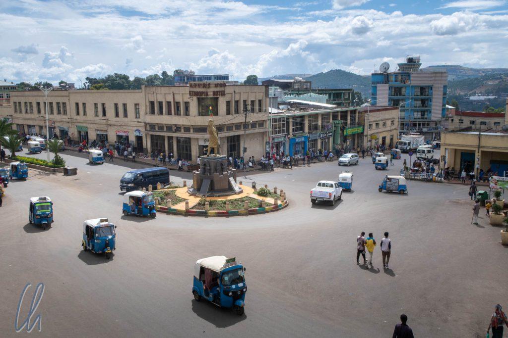 Am Tewodoros-Kreisverkehr befindet sich das urbane Zentrum Gondars.