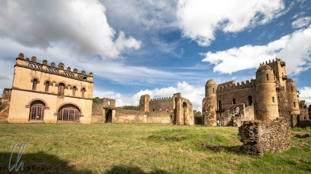 Fasil Ghebbi: Links die von Kaiser Yohannes I. erbaute Bibliothek, in der Mitte Iyasus Palast, rechts Fasilides Burg