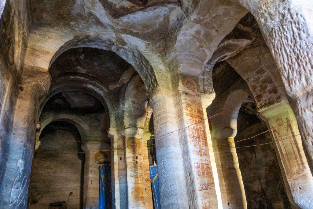 Im Innenraum der monolithischen Felsenkirche Mariam Korkor