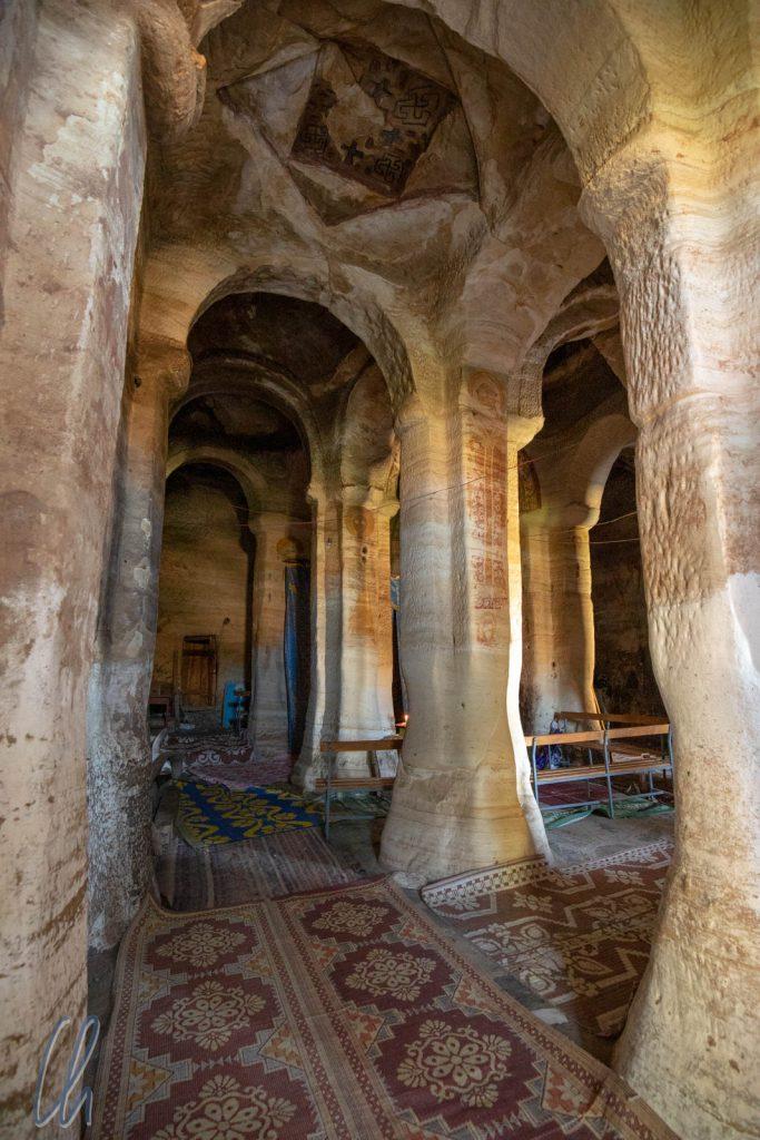 Der großzügige Innenraum der Felsenkirche Mariam Korkor