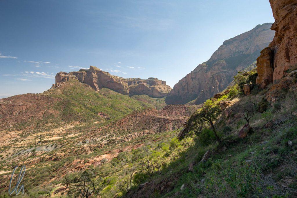 Während des Aufstiegs blickten wir auf den Berg von Mariam Korkor, den wir 4 Tage vorher bestiegen hatten (mittig im Bild, auf dem Massiv im Hintergrund in der Sonne).