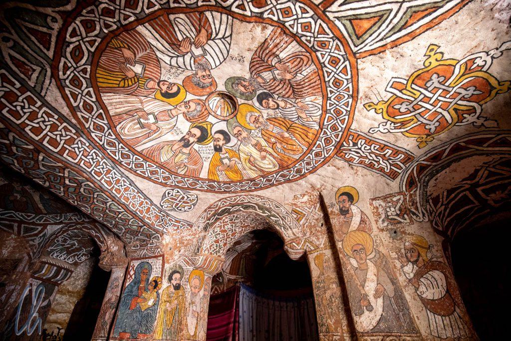 Die neun heiligen Männer in der Kuppel sind die Zwölf Apostel. Drei von ihnen sind an anderer Stelle (auf den Säulen?) dargestellt.
