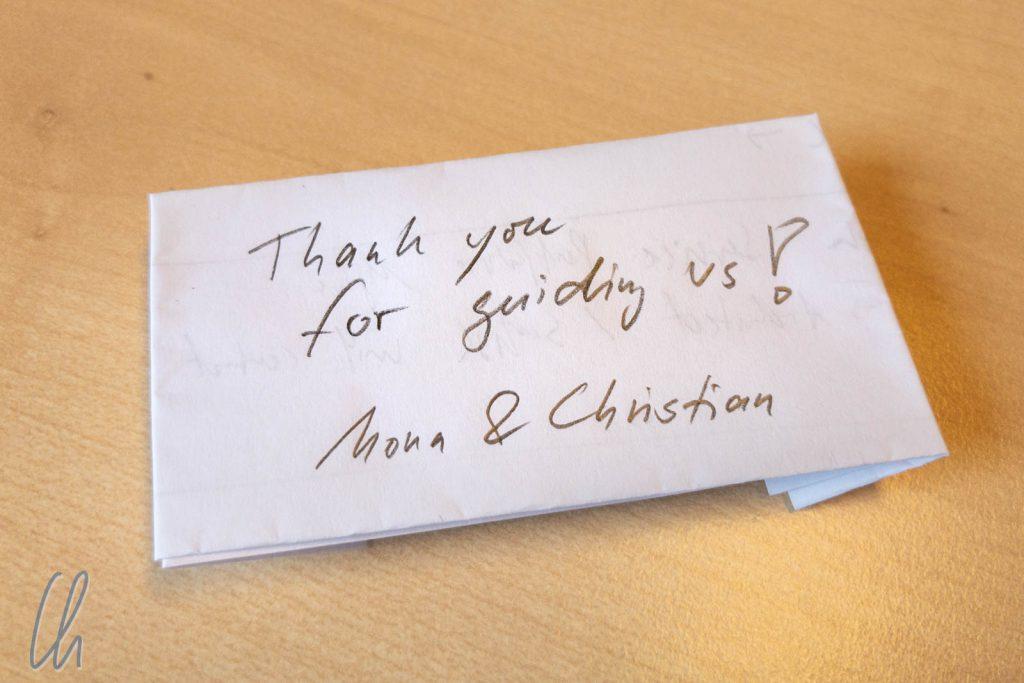 Ein kleiner, aus einem Stück Papier gefalteter Umschlag für das Trinkgeld