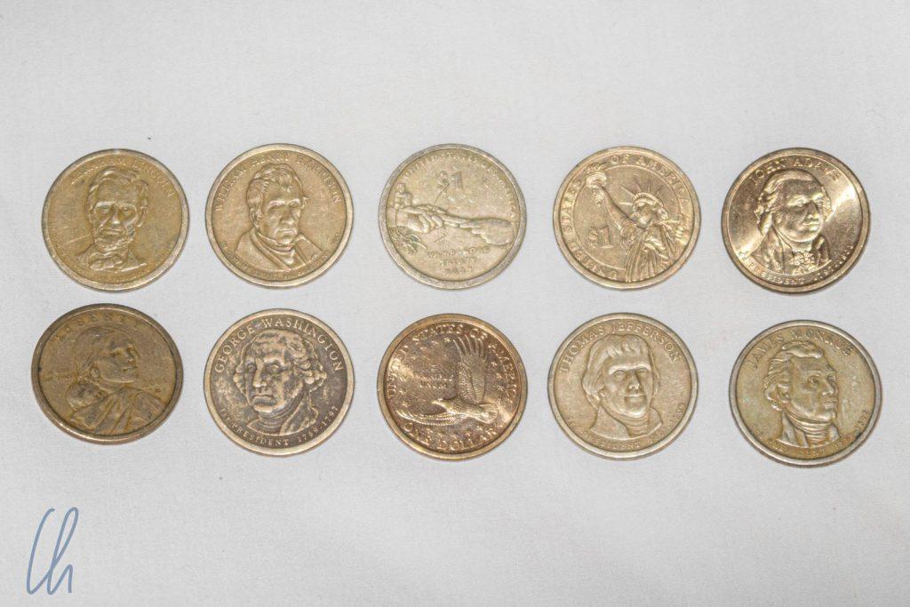 In Ecuador ist der US-Dollar die offizielle Währung. Anders als in den USA, wo 1 Dollar meistens als Schein gehandelt wird, benutzen die Ecuadorianer sehr häufig Ein-Dollar-Münzen.