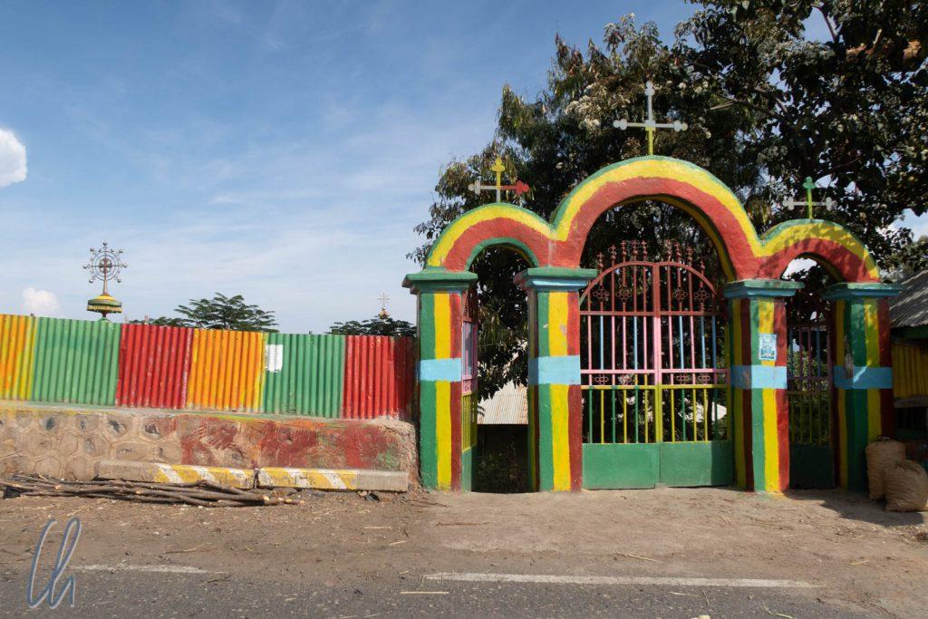 Grün, Gelb und Rot sind die Landesfarben Äthiopiens und die äthiopisch-orthodoxe Kirche ist mit ihren Regeln, Geboten und Feiertagen nicht aus dem Alltag der Menschen wegzudenken.