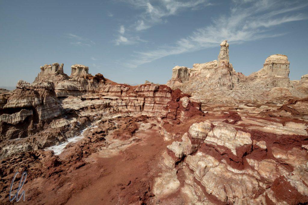 Am Fuße des Dallol war eine Landschaft aus rot-weiß gebänderten Formationen entstanden.
