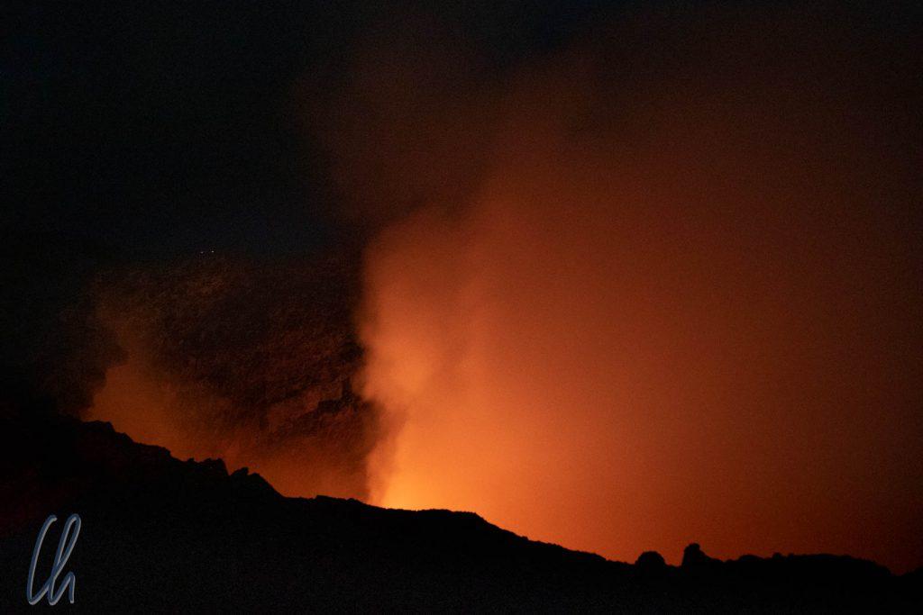 Manchmal zog sich die Wolke etwas zurück, gab allerdings den Blick auf die brodelnde Lava nicht frei.