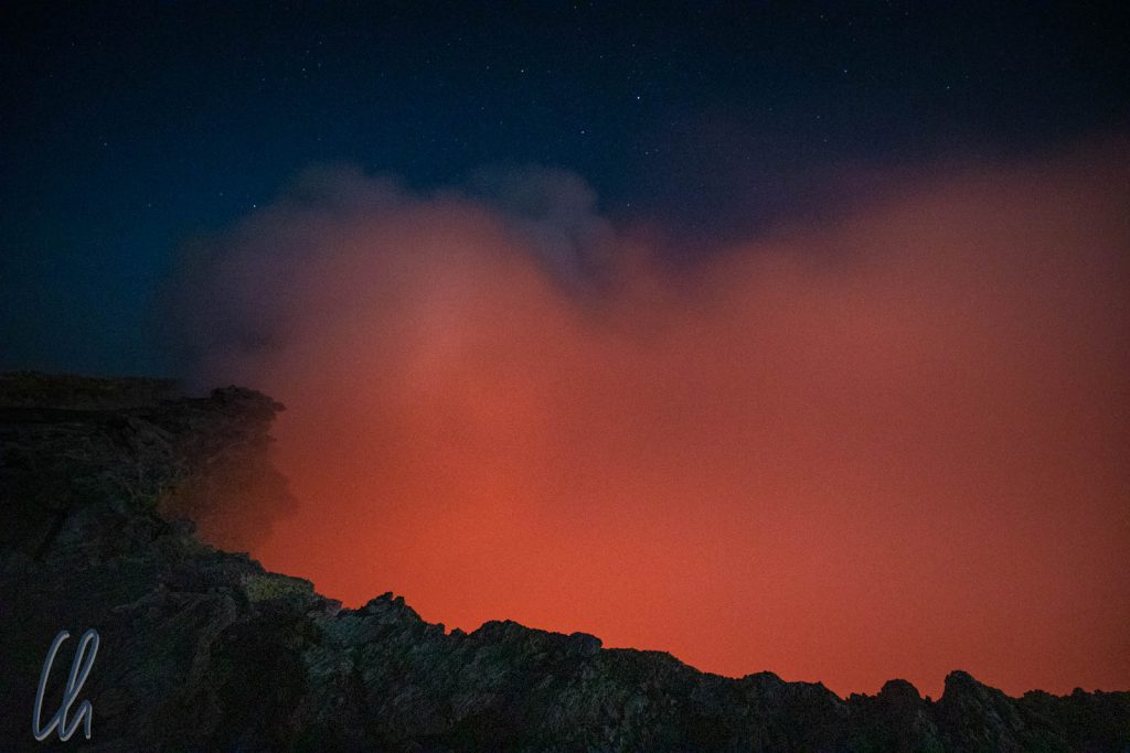 In der Caldera des Erta Ale: Der Dampf wird vom Lavasee angeleuchtet.