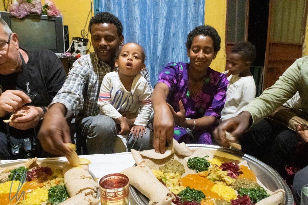 Wir haben viele nette Menschen in Äthiopien getroffen, aber letztendlich haben wir immer dafür bezahlt. An einem Abend in Lalibela haben wir mit einer äthiopischen Familie gekocht und gespeist.